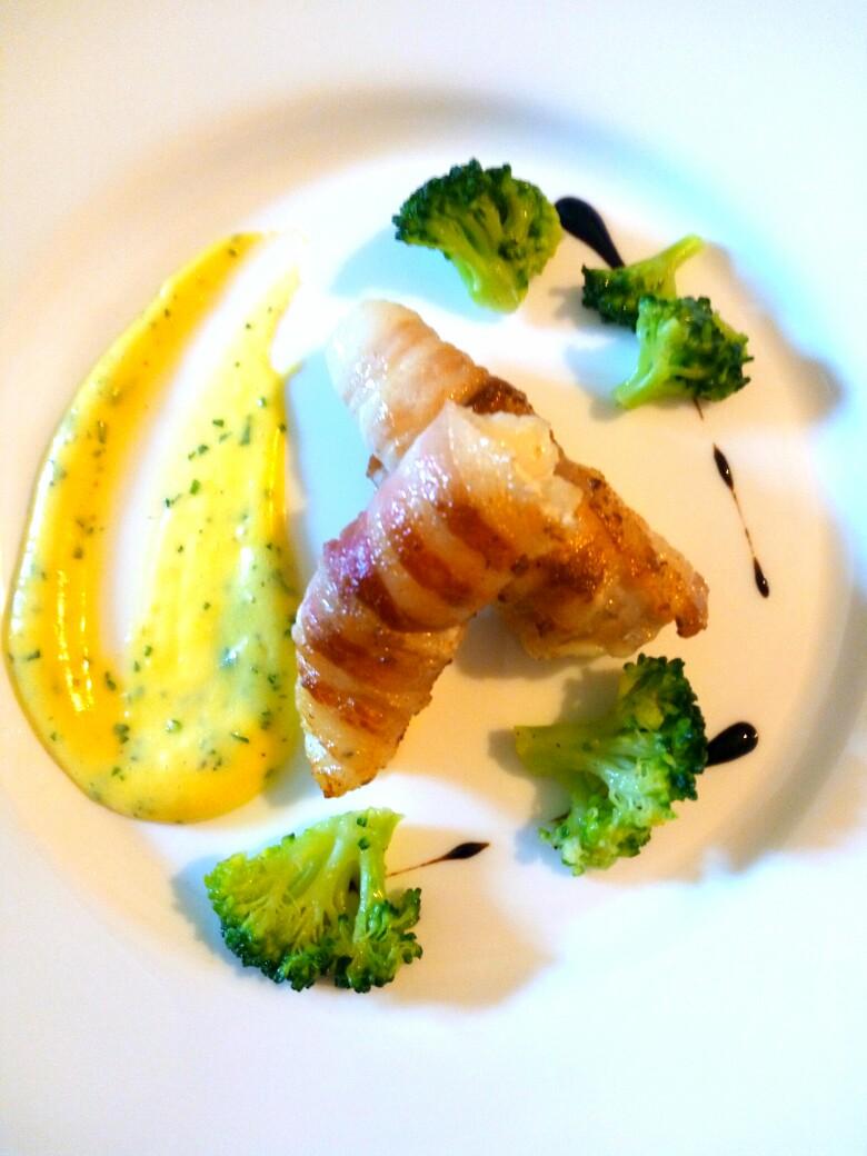 Rana pescatrice lardellata, salsa olandese, broccoli e riduzione al balsamico