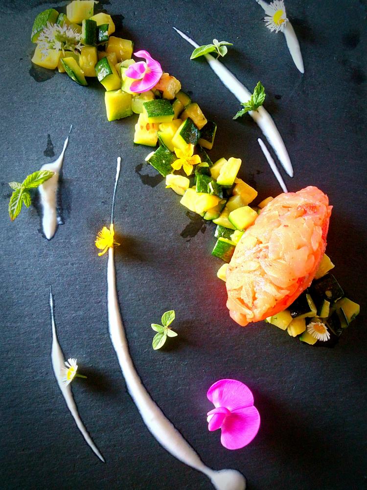 Tartare di salmone fumé, zucchine e crème fraîche