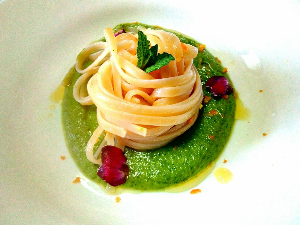 VIDEO – Linguine agli agrumi con crema di zucchine e menta